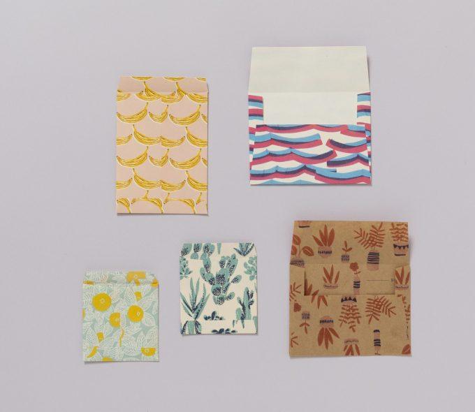 PARIS 100枚レターブック 紙で封筒やポチ袋を作っている様子