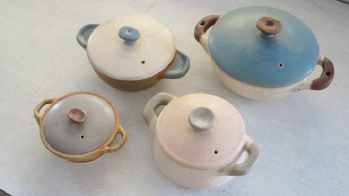 様々な色と形の土鍋の写真
