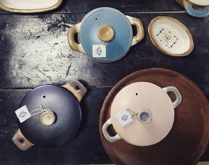 青色、水色、ピンク色の土鍋の写真