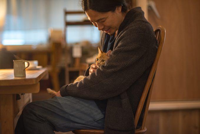 笹倉慎介さんに抱っこしてもらう茶トラのかわいい子猫
