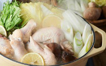 コトコト煮込んで旨み染み出す、お鍋一つで簡単に作れる「熟成鶏の塩麹レモン鍋」のレシピ