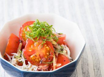 夜ご飯の小鉢に。火を使わずボウル一つで作れる、しそ香る「トマトのしらす和え」のレシピ