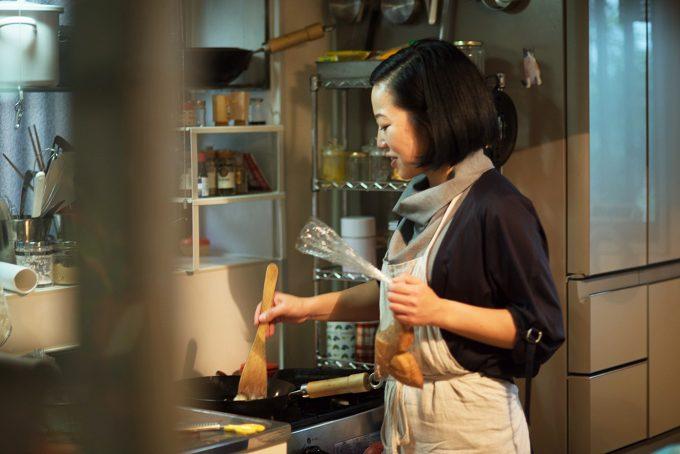 フードクリエイター松島由恵さんが料理をつくるところ