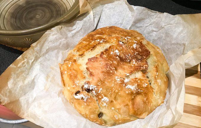 """""""土鍋""""で作る「捏ねないパン」の作り方"""