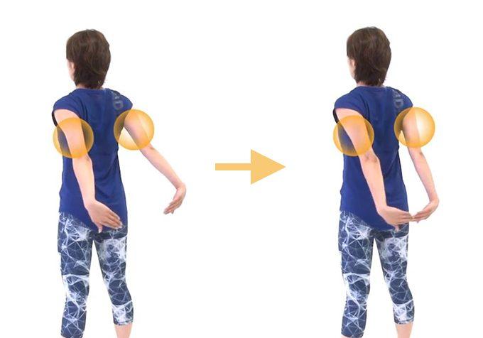 「肩甲骨パタパタ」エクササイズをしているところ