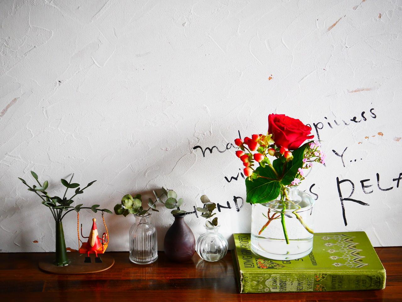 赤の花束が置かれた棚の写真
