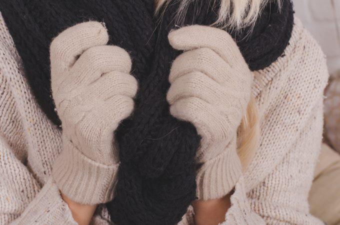 マフラーと手袋を着用する女性の写真