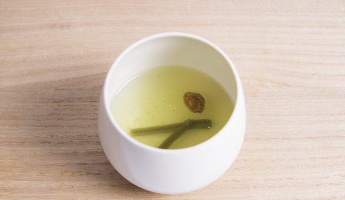 湯呑みに入った『大福茶(おおぶくちゃ)』の写真