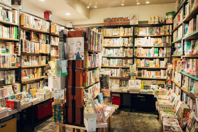 「かもめブックス」の本棚の写真