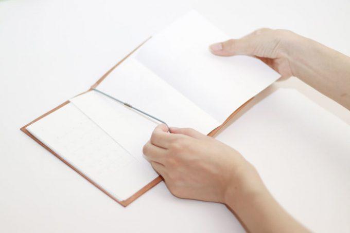 裏紙を挟むだけで完成する「裏紙ノート」