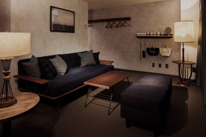 「HOTEL THE KNOT YOKOHAMA」の室内に置かれた家具の写真
