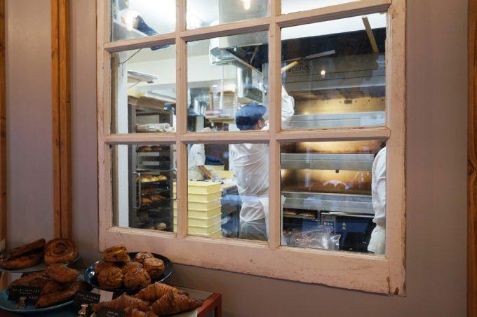「BEAVER BREAD」の店内にある窓