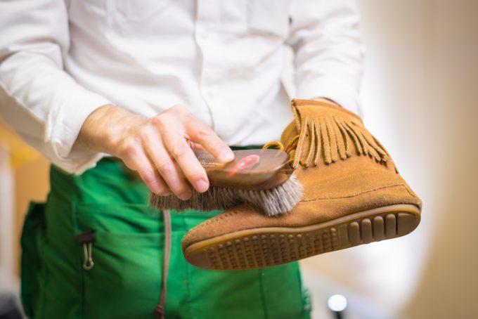 スウェード靴をブラシで手入れしている様子