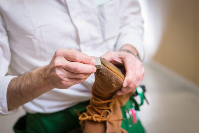 固形クリーナーでスウェード靴を手入れしているところ