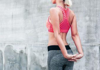 スラリとした背筋と基礎代謝アップが期待できるエクササイズ「ベントオーバーツイスト」