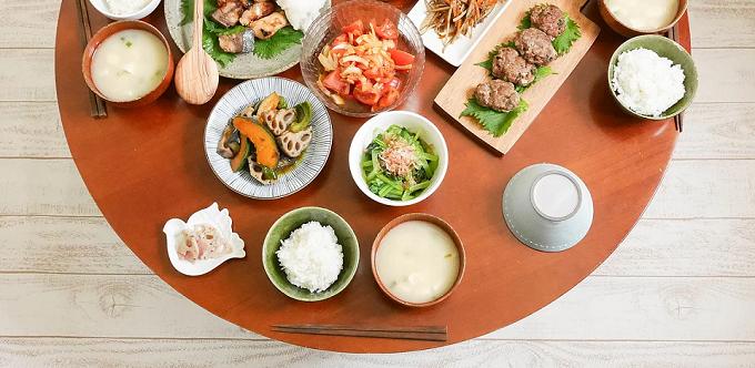 お米やサラダ、肉料理などの写真