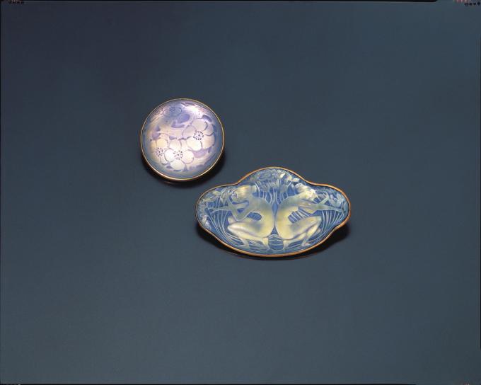 左:円形ブローチ《カボッション 日本のりんごの木》1920年、右:ブローチ《背中合わせの二人の人物》1913年 撮影:清水哲郎