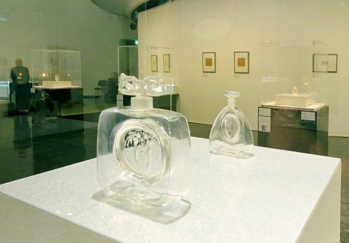 左:香水瓶《二人の人物、小像のある風柱》1912年、右:香水瓶《シレーヌ》ビュルマン社 1912年