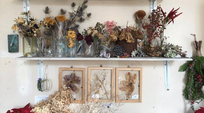 ドライフラワーを花器などに飾っている様子
