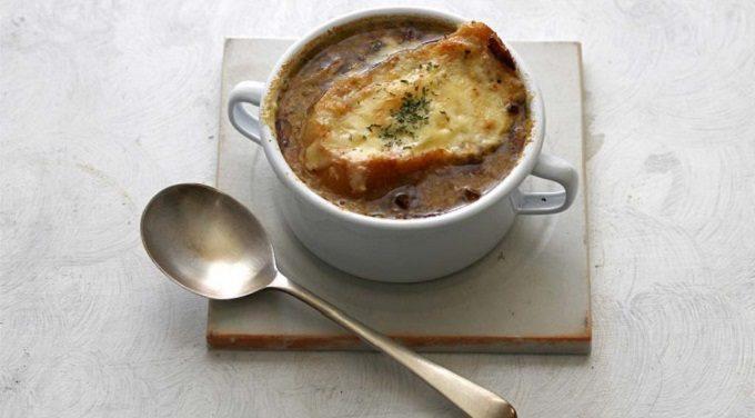 HOSHIKO「畑のおだし」を使ったオニオングラタンスープの写真