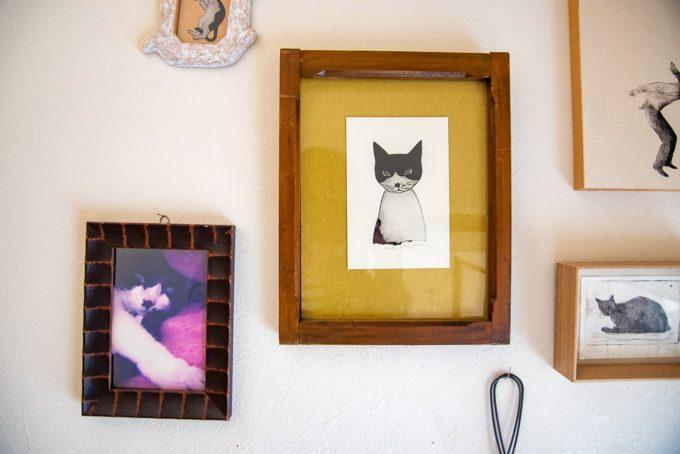 紙版画作家の坂本千明さんのお家にかけられている猫ちゃんの額縁