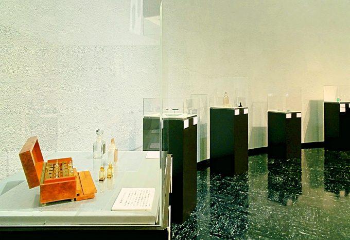 渋谷・松濤美術館 ルネ・ラリックの香水瓶の陳列風景