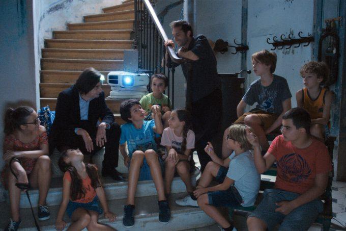 映画「ライオンは今夜死ぬ」で子供たちがジャンの家に集まるシーン