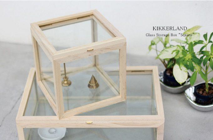 縁が木製のガラスケース