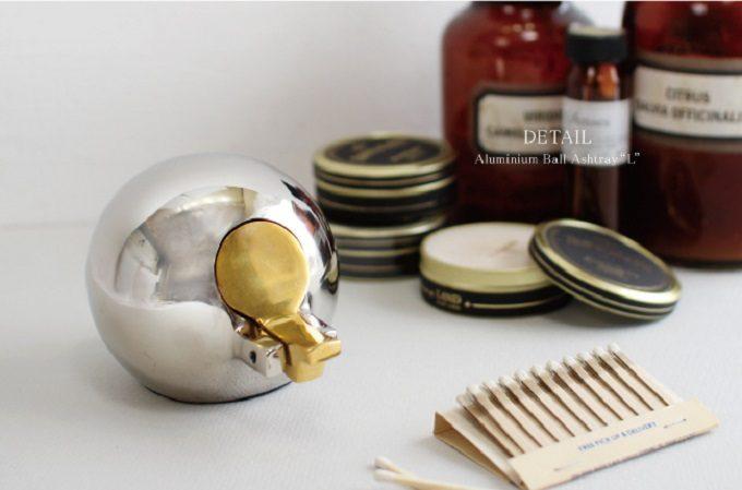 銀色の球体にフタが金色の灰皿