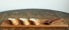 木のテーブルと木の長皿