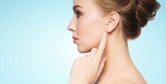 数分で顔をパッと明るく。毎朝のお化粧の前におすすめの簡単「耳マッサージ」