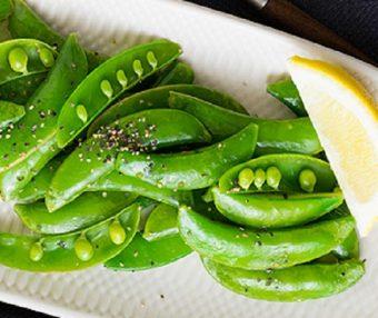 サッと作れて彩り豊かな食卓に。「スナップエンドウのペペロンチーノ」のレシピ