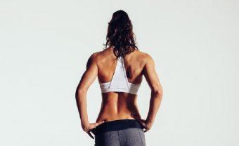 """左右のバランスを整える。身体の""""ゆがみ""""改善に効果が期待できる「背中のストレッチ」"""