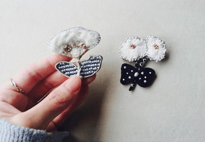 acou:(アク)のお花モチーフの刺繍ブローチ2種類