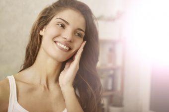血行促進で、顔のくすみやむくみに効果が期待できる。顔ヨガ「くすみとばし」