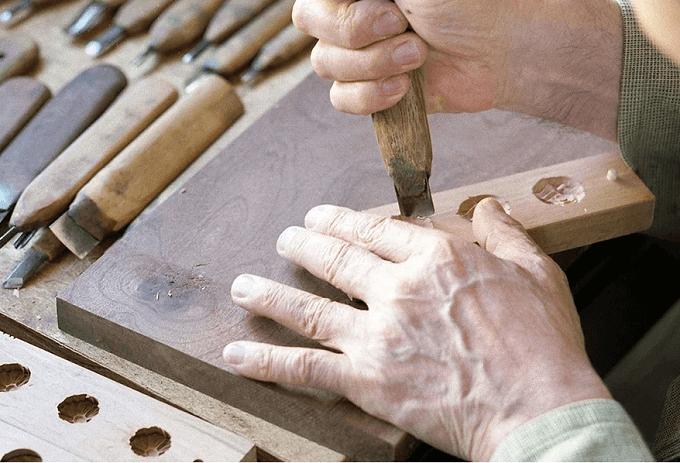 和三盆をかたどる木型を彫る様子