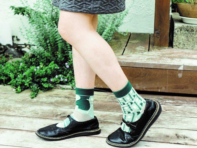 同色 × 柄違いの靴下の組み合わせ