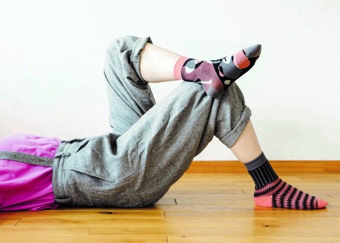 左右違うデザインで組み合わせた靴下