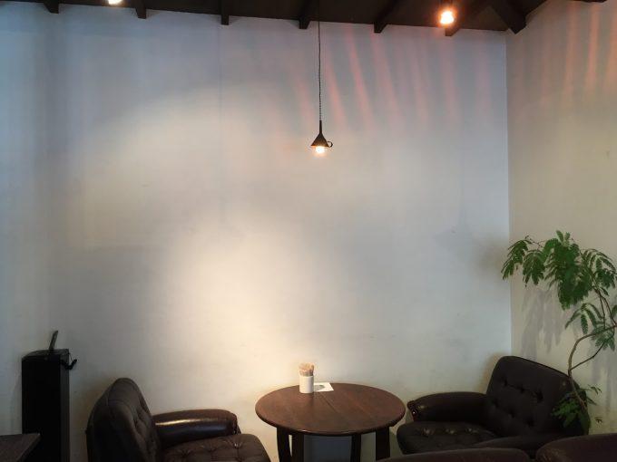 ソファ席にカウンター席、お店の奥にはテーブル席も