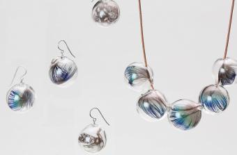 ガラスの中に詰まった繊細な世界。胸元を彩る「moca.arpeggio」の羽ネックレス