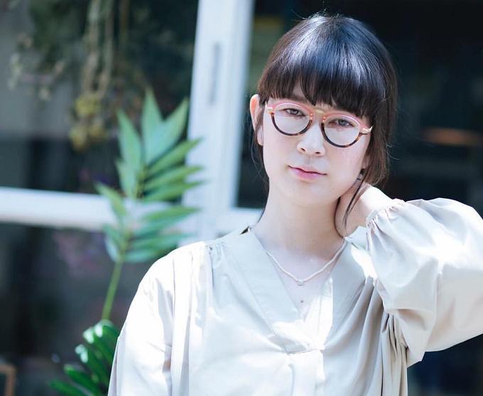 ガーリーな雰囲気の眼鏡をかける女性