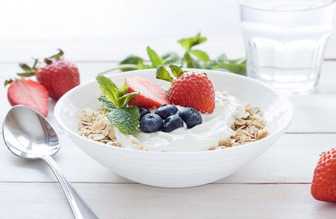 朝食は抜かず、フルーツやヨーグルトだけでも