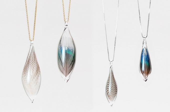 """羽を入れて作られた""""Ornament glass""""のネックレス"""