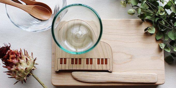 ピアノをモチーフとしたコースターと食器