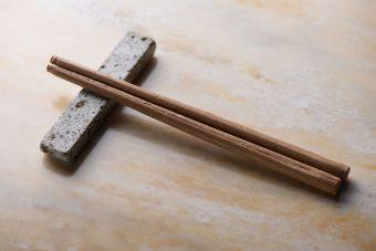 熊本県八代の人たちの、熱い想いとコミカルなアイデアが詰まった「食べられるお箸(畳味)」