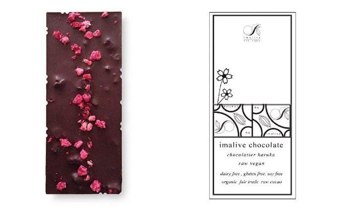 ラズベリーがトッピングされたraspberry raw chocolate