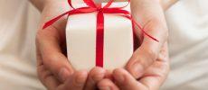 赤いリボンでラッピングされた手のひらサイズのプレゼント