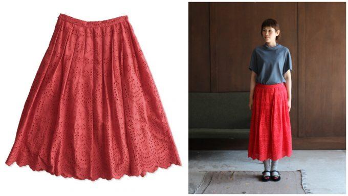 刺繍プリーツスカートとシンプルなトップスのコーディネート