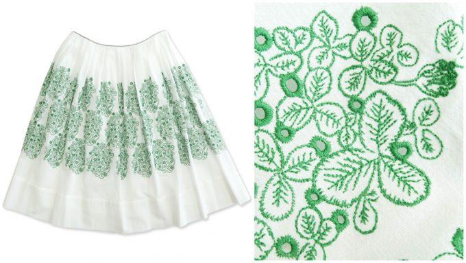 クローバーが刺繍されたスカート