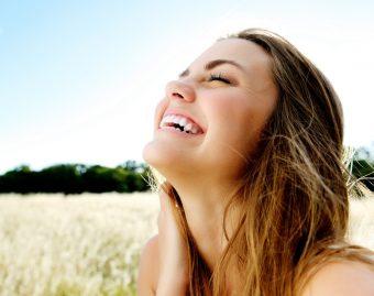 いつでも笑顔に自信がもてる。ほうれい線予防と口角アップが期待できる「顔ヨガ」<3選>
